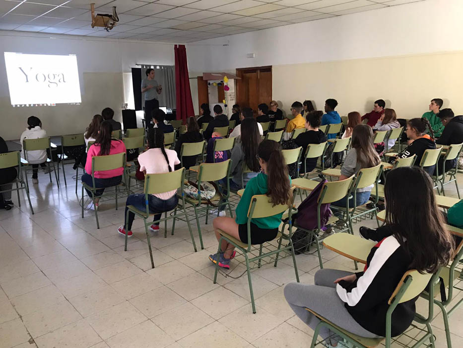 Yoga alumnos de instituto Fuerteventura